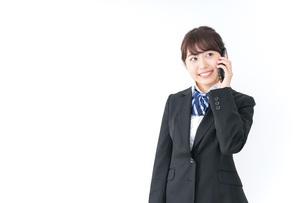 スマホを使う女子高生の写真素材 [FYI04702617]