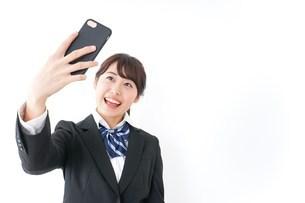 自撮り・テレビ電話をする女子学生の写真素材 [FYI04702620]