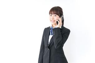 スマホを使う女子高生の写真素材 [FYI04702621]