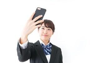 自撮り・テレビ電話をする女子学生の写真素材 [FYI04702623]