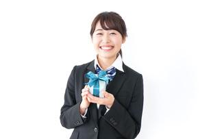 プレゼントを渡す女子高生の写真素材 [FYI04702639]