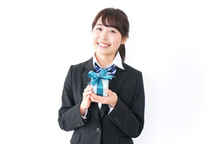 プレゼントを渡す女子高生の写真素材 [FYI04702641]