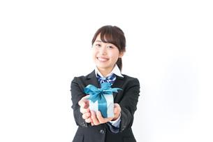 プレゼントを渡す女子高生の写真素材 [FYI04702644]