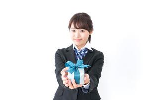 プレゼントを渡す女子高生の写真素材 [FYI04702645]