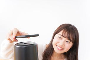 電子マネーで決済をする若い女性の写真素材 [FYI04702705]