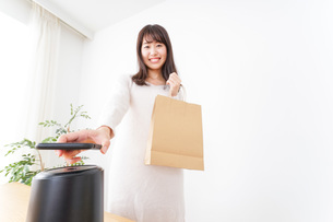 電子マネーで決済をする若い女性の写真素材 [FYI04702712]