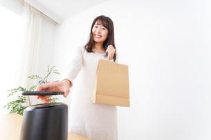 電子マネーで決済をする若い女性の写真素材 [FYI04702713]