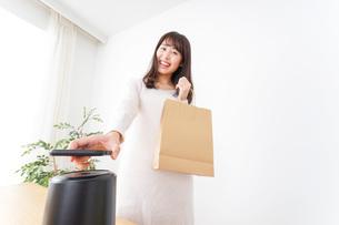電子マネーで決済をする若い女性の写真素材 [FYI04702714]