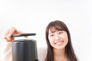電子マネーで決済をする若い女性の写真素材 [FYI04702715]