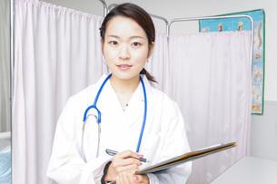 診察をするドクターの写真素材 [FYI04702757]
