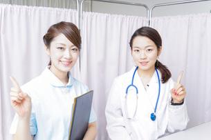 アドバイスをする医師と看護師の写真素材 [FYI04702767]