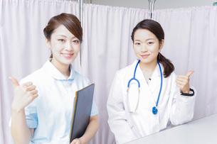 グッドサインをする医師とナースの写真素材 [FYI04702769]