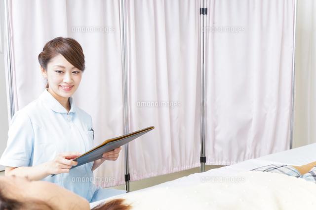 入院患者を回る看護師の写真素材 [FYI04702778]