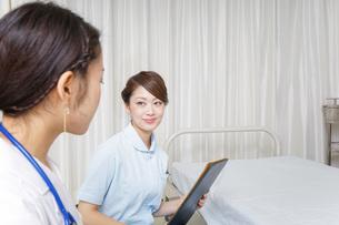 病院に勤務する医師と看護師の写真素材 [FYI04702779]