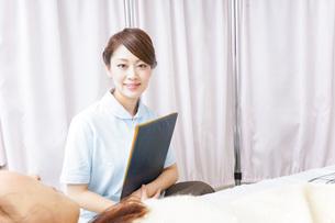 入院患者を回る看護師の写真素材 [FYI04702784]