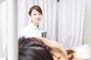 入院患者を回る看護師の写真素材 [FYI04702788]