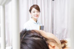 入院患者を回る看護師の写真素材 [FYI04702789]