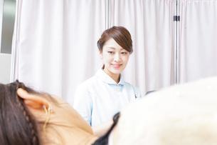 入院患者を回る看護師の写真素材 [FYI04702792]