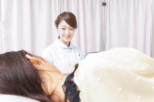 病院に勤務する医師と看護師の写真素材 [FYI04702795]