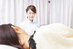 入院患者を回る看護師の写真素材 [FYI04702796]