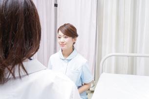 病院に勤務する医師と看護師の写真素材 [FYI04702798]