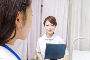 ミーティングをする医師と看護師の写真素材 [FYI04702800]