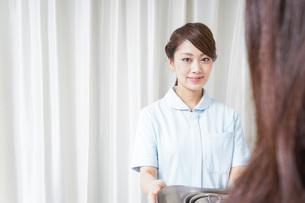 医師に道具を渡す看護師の写真素材 [FYI04702814]