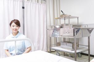 病院で働く看護師の写真素材 [FYI04702831]