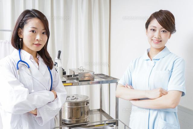 腕を組むドクターとナースの写真素材 [FYI04702852]