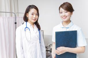 ミーティングをする医師と看護師の写真素材 [FYI04702853]