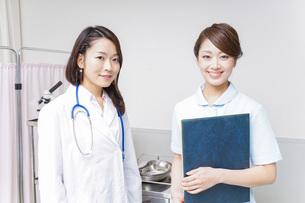ミーティングをする医師と看護師の写真素材 [FYI04702854]