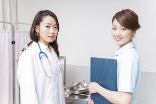 ミーティングをする医師と看護師の写真素材 [FYI04702857]