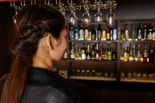 バーに座る女性の写真素材 [FYI04702877]