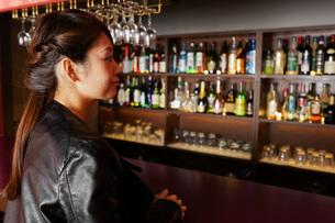 バーに座る女性の写真素材 [FYI04702883]