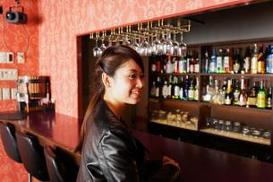 バーに座る女性の写真素材 [FYI04702886]