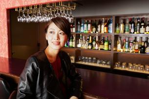 バーに座る女性の写真素材 [FYI04702888]