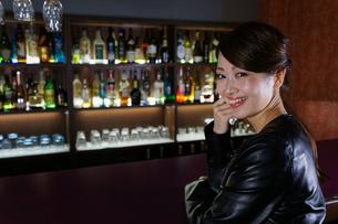バーに座る女性の写真素材 [FYI04702906]