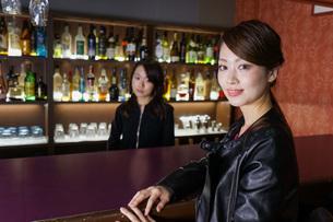 バーカウンターに座る女性の写真素材 [FYI04702913]