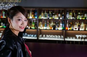 バーに座る女性の写真素材 [FYI04702920]