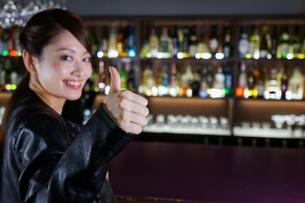 バーに座る女性の写真素材 [FYI04702927]