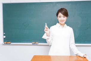 授業をする女性教師の写真素材 [FYI04702940]