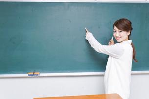 授業をする女性教師の写真素材 [FYI04702959]