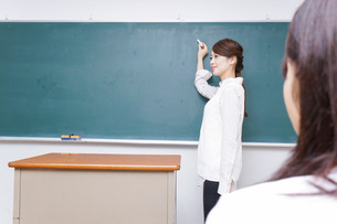 学校で授業をする教師の写真素材 [FYI04702964]