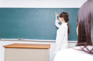 学校で授業をする教師の写真素材 [FYI04702966]