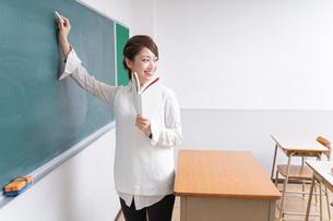 授業をする女性教師の写真素材 [FYI04702990]
