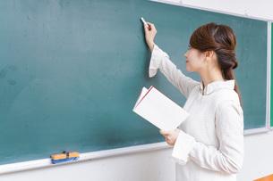 授業をする女性教師の写真素材 [FYI04702992]