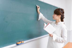 授業をする女性教師の写真素材 [FYI04702994]