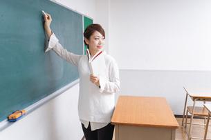 授業をする女性教師の写真素材 [FYI04702995]