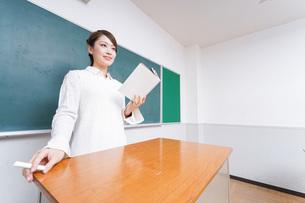 授業をする女性教師の写真素材 [FYI04702999]
