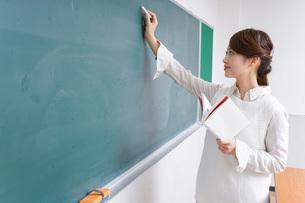 授業をする女性教師の写真素材 [FYI04703000]